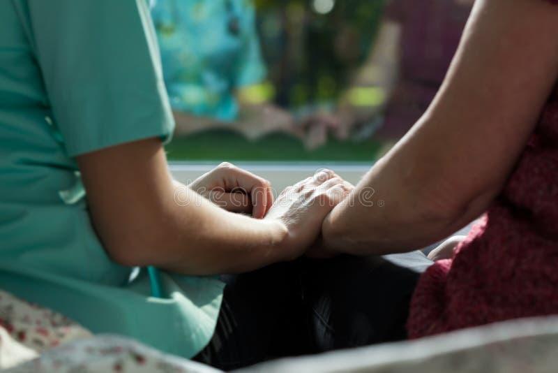 护士和妇女坐床 免版税图库摄影
