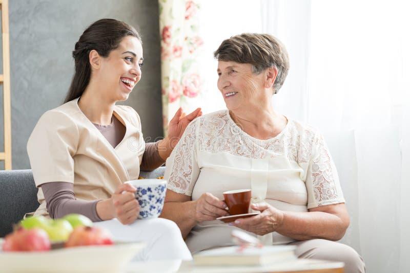 护士和资深获得乐趣 免版税库存图片