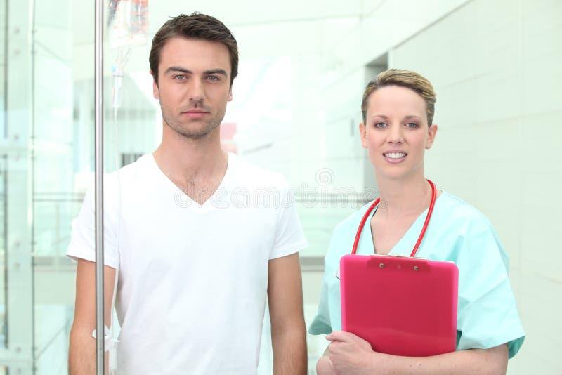 护士患者注意的年轻人 免版税库存图片