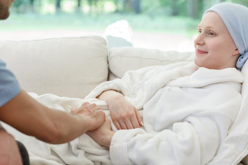 护士支持的妇女作战的癌症 库存照片