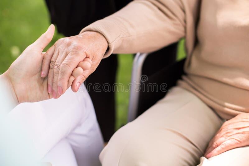 护士支持的残疾妇女 库存图片