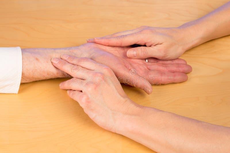 护士测量脉冲年长妇女 免版税库存图片