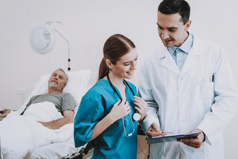 护士满意对诊所的患者 诊所的人 库存图片