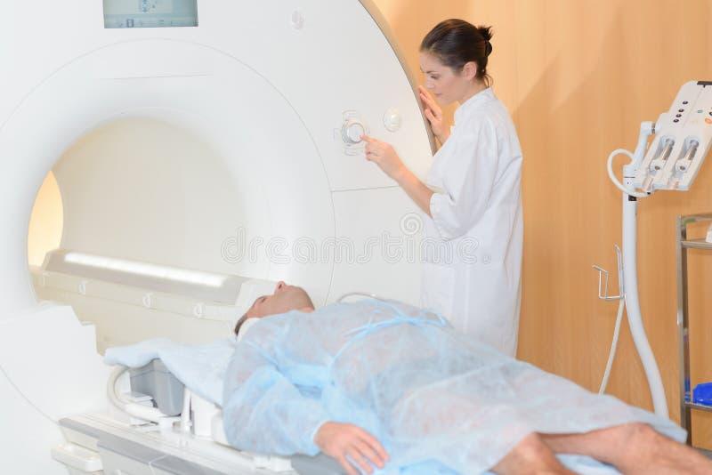 护士激活的mri扫描器 免版税库存图片
