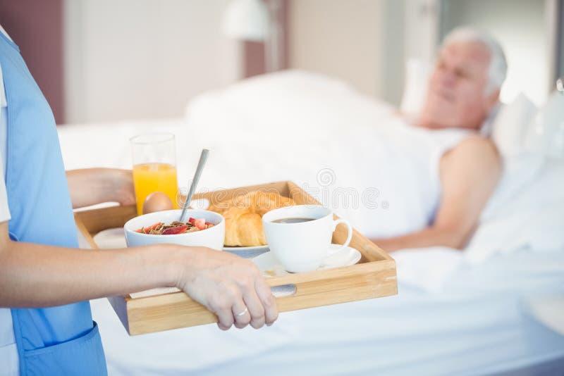 护士的中央部位有早餐的在盘子 库存图片
