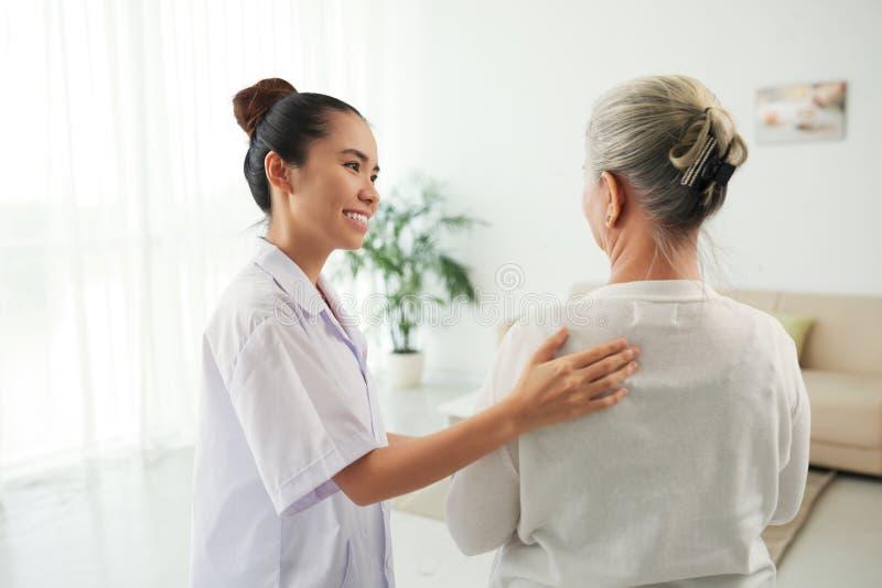护士联系与患者 免版税库存图片