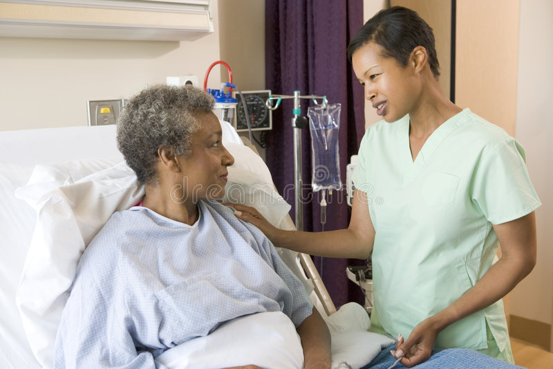 护士高级联系与妇女 库存图片
