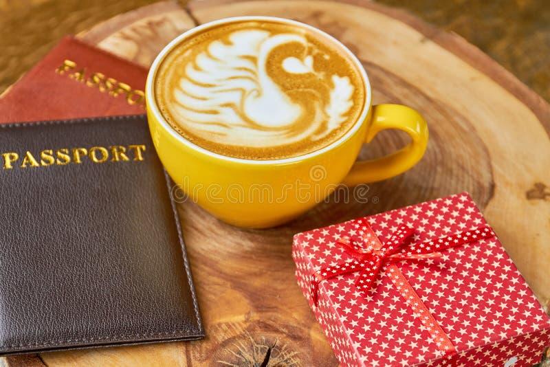 护照、咖啡和礼物盒 免版税库存照片
