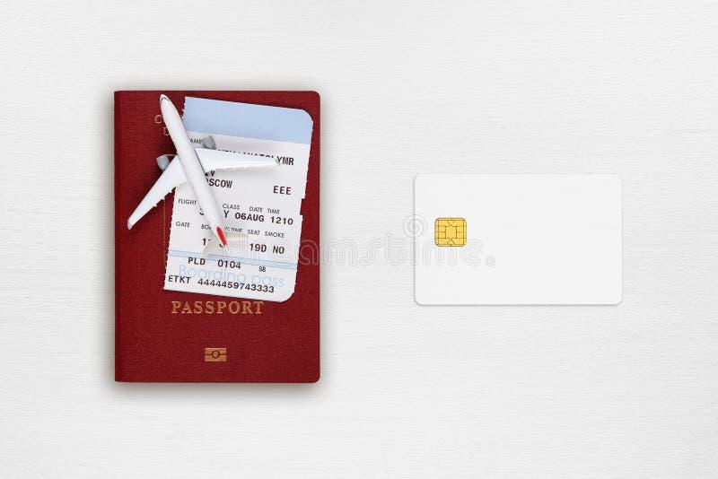 护照、登舱牌、玩具飞机和信用卡 库存图片