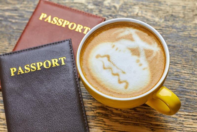 护照和咖啡杯 库存图片