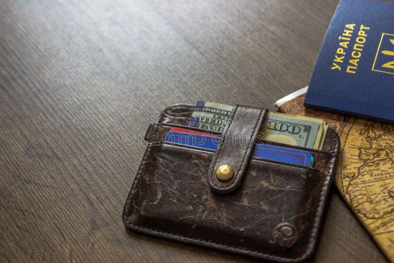 护照和金钱为在木桌上的旅行夏天 免版税库存照片