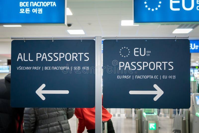 护照管制欧盟和其他护照持有人的入口区域在布拉格机场,捷克 免版税库存照片