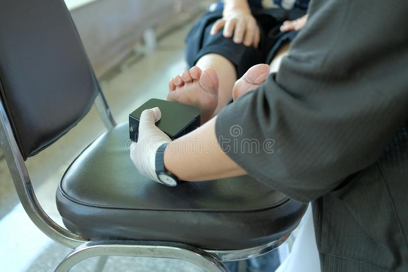 护理措施欣赏在妇女脚机智的振动门限 图库摄影