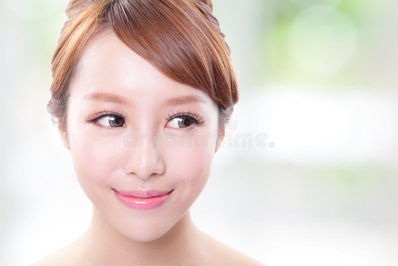 年轻护肤妇女看起来空的拷贝空间 免版税库存照片