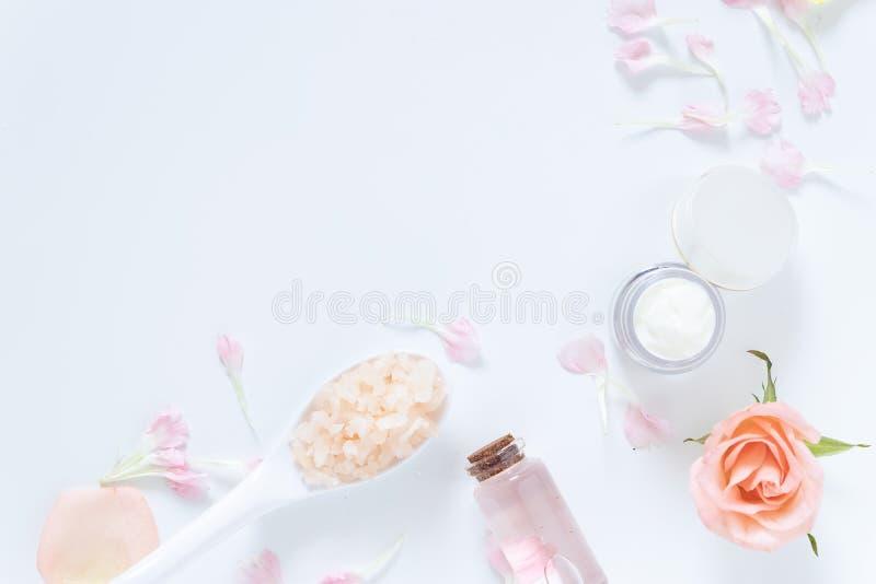 护肤概念 skincare在包裹的补救样式平的位置与与在白色隔绝的天然材料的空白的标签 库存图片