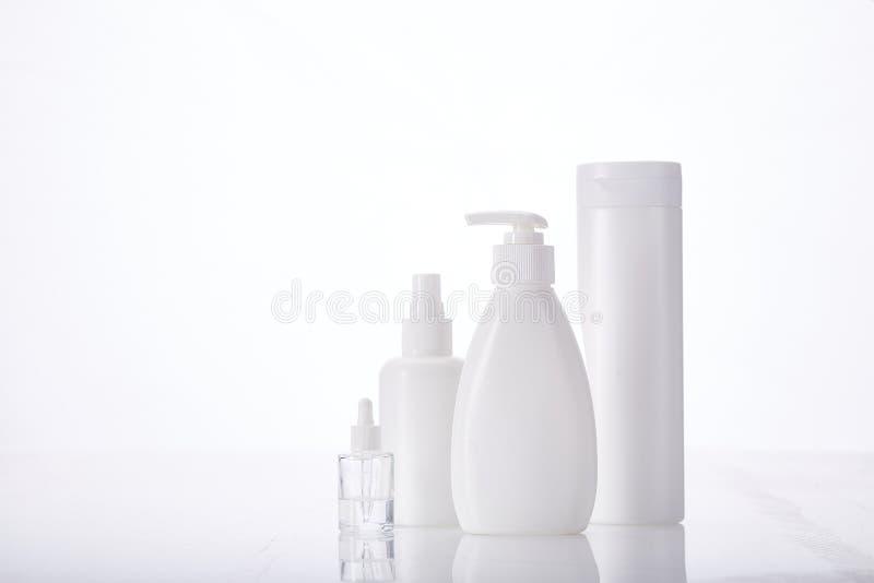 护肤面霜和护肤液、沐浴露天然有机美容用白瓶氟松化妆品 免版税库存照片
