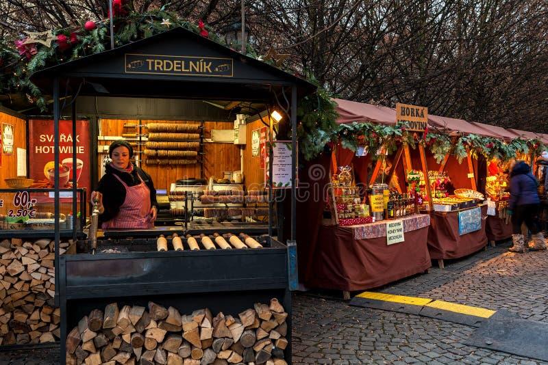报亭用食物和纪念品在布拉格老镇  库存图片