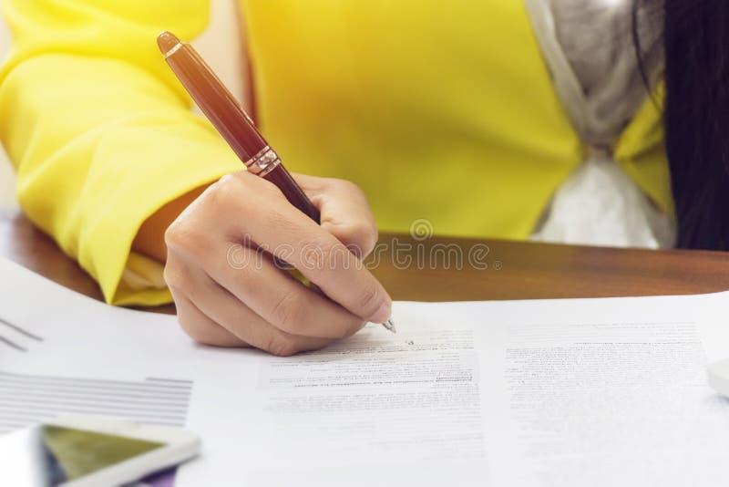 报名参加合同,关闭的女商人手 合同约定或生意概念 免版税库存图片