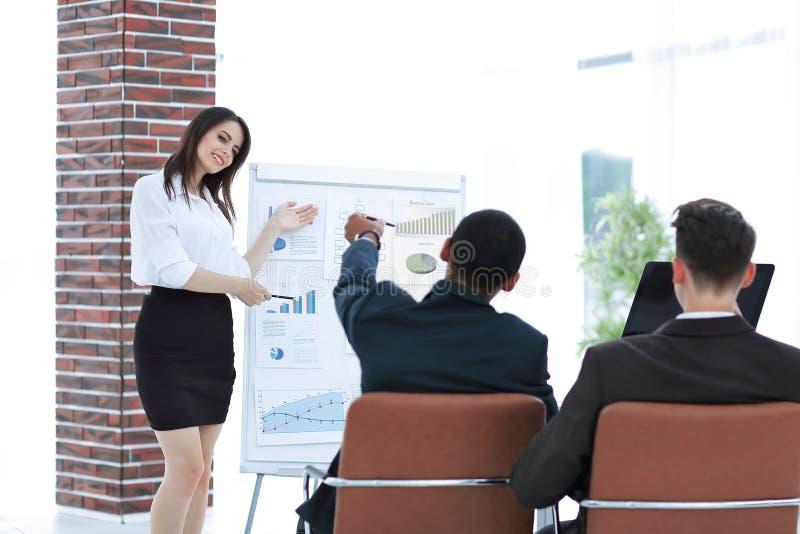 报告人将介绍新的项目给商务伙伴 免版税库存图片