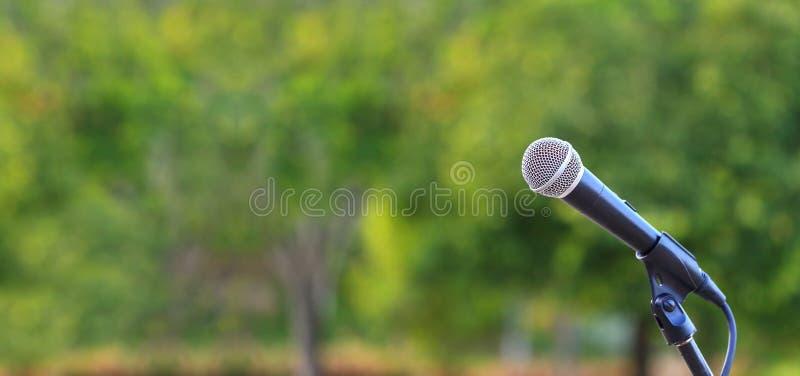 报告人的话筒身分在音乐、音乐会和环境意识谈话的室外自然设置与拷贝空间 免版税图库摄影