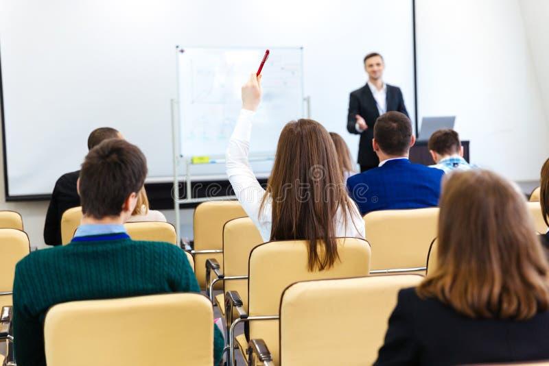 报告人谈话与在业务会议的观众在会场 库存图片