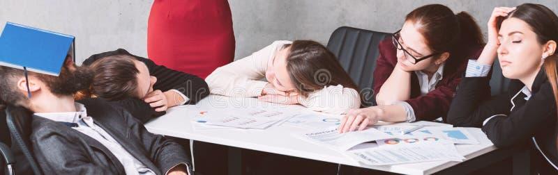 报告劳累过度企业疲劳疲乏的队睡眠 免版税库存图片