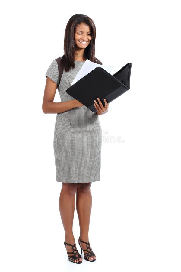 读报告的美丽的常设非裔美国人的女实业家 库存照片