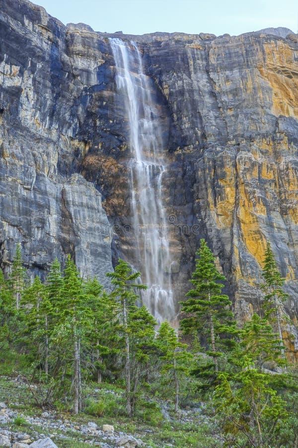 报应瀑布纯粹岩石峭壁库特尼国家公园加拿大人落矶山 免版税图库摄影