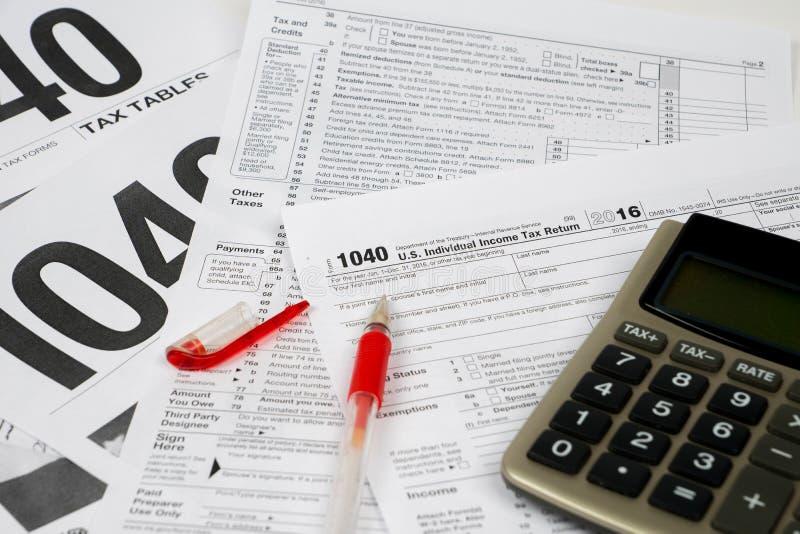 报税表1040和桌,困难的积土概念 免版税库存图片