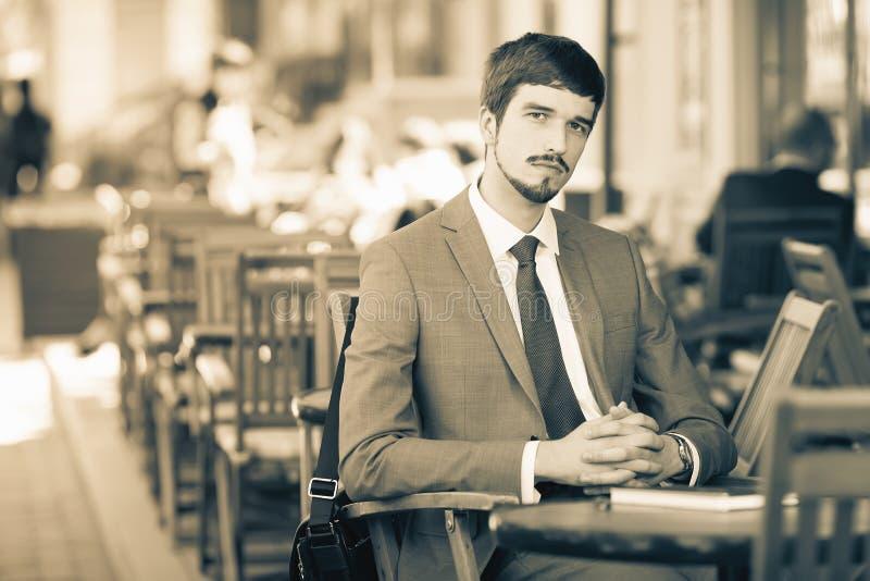 读报纸的商人在咖啡馆,哀悼 库存照片