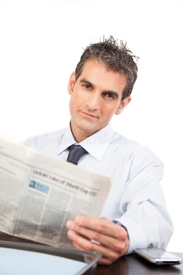 读报纸的商人 免版税库存照片