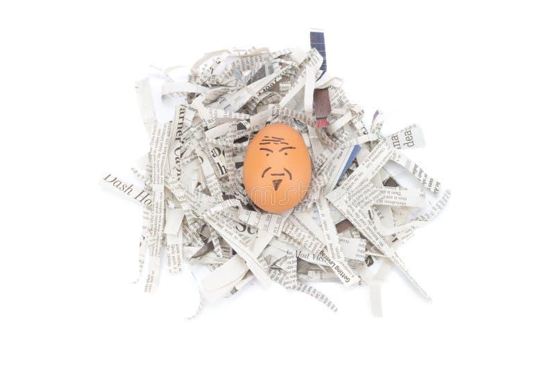 报纸的蛋面孔老人回收 免版税库存图片