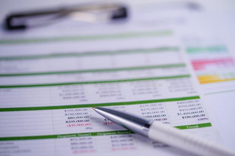 报表与笔的桌纸 财务发展,银行帐户,统计投资分析研究数据经济 图库摄影