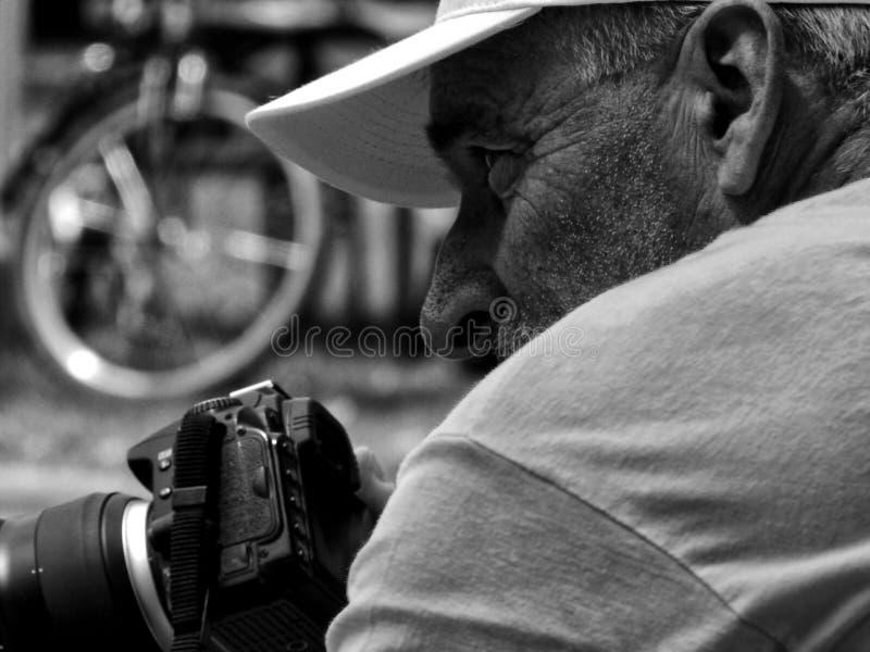 报道在黑白照片的体育摄影师一场自行车比赛 免版税库存照片