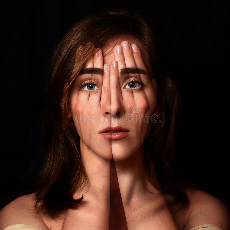报道她的面孔和眼睛机智的一个女孩的超现实的画象 免版税库存照片