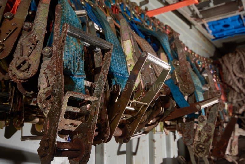 抨击的大量聚酯带子,抨击在抨击容器和棘轮存放的传送带、皮带 背景 免版税图库摄影