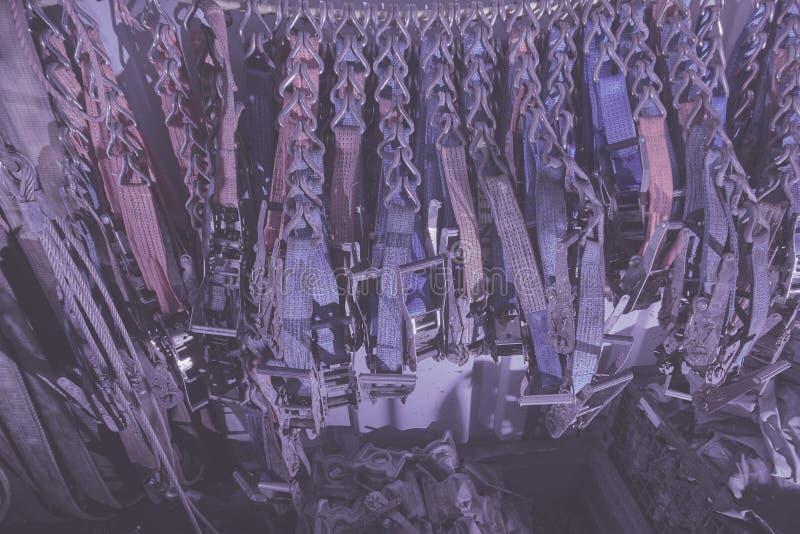 抨击的大量聚酯带子,抨击在抨击容器和棘轮存放的传送带、皮带 背景 免版税库存图片
