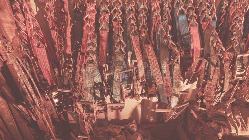 抨击的大量聚酯带子,抨击在抨击容器和棘轮存放的传送带、皮带 背景 库存照片
