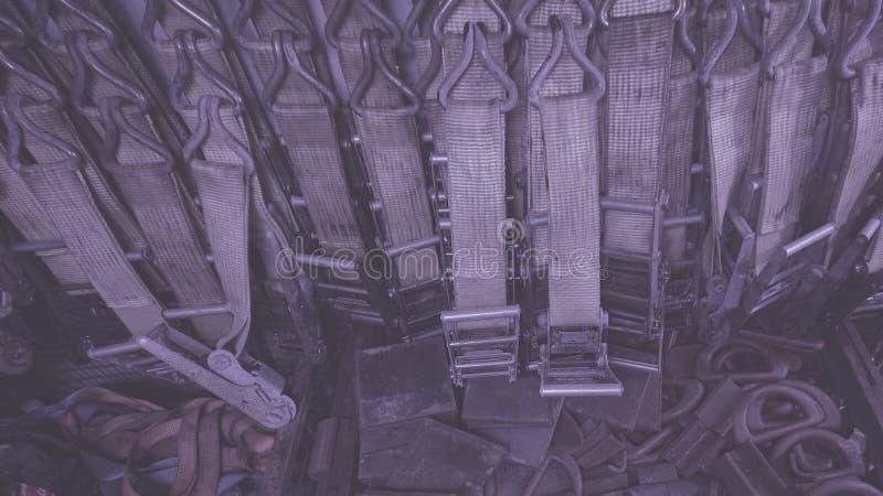 抨击的大量聚酯带子,抨击在抨击容器和棘轮存放的传送带、皮带 背景 免版税库存照片