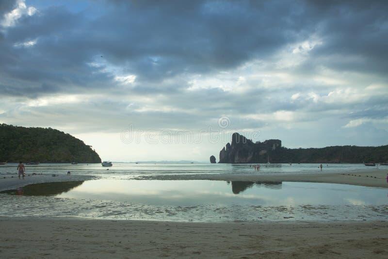 披披岛 ?? 热带海岛在海洋 低潮,开放含沙底部 免版税库存图片