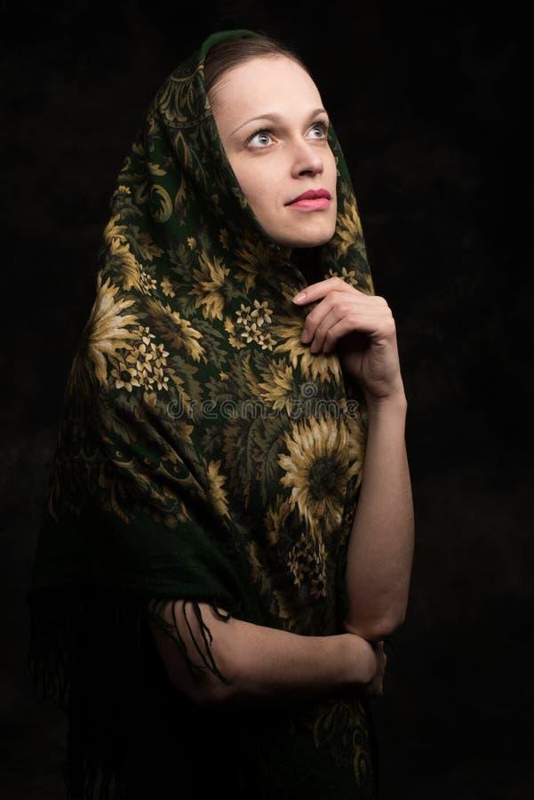 披肩的美丽的少妇 免版税库存图片