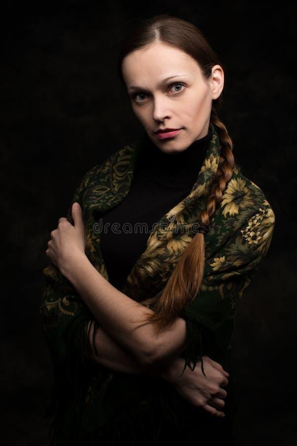 披肩的美丽的少妇 库存照片