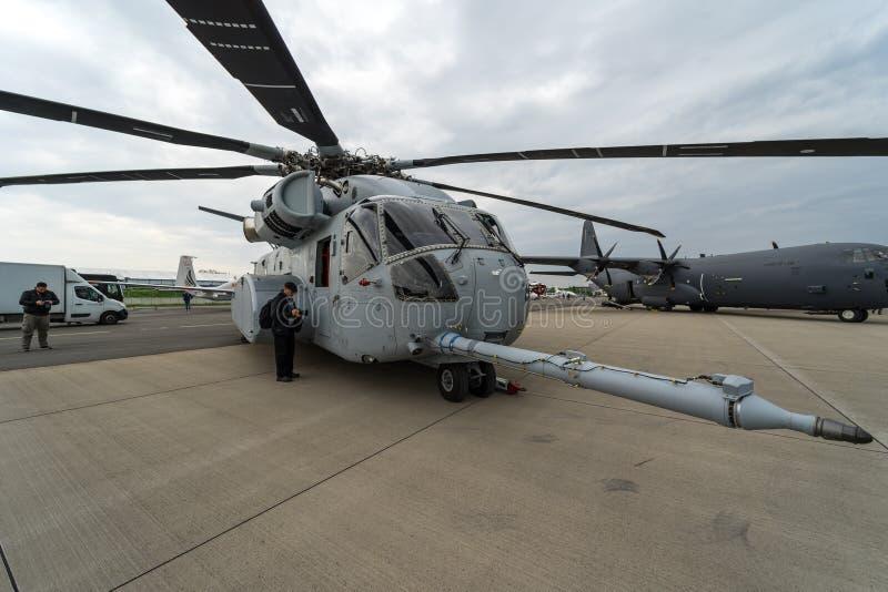 抬举费力的货运直升机西科斯基CH-53K国王Stallion在机场的美国海军陆战队 库存图片