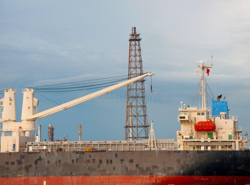 抬头在小船在炼油厂工厂在泰国 库存照片