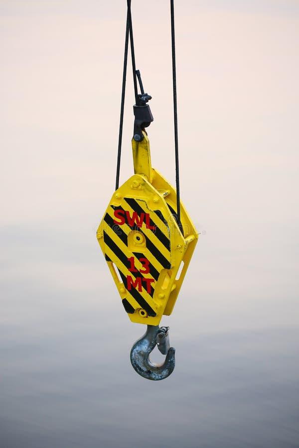 抬头油和船具平台的建筑支持重的货物、调动货物或者篮子的在工作地点,重工业 免版税库存图片
