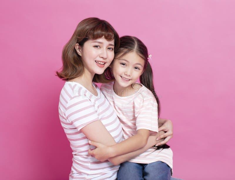 抱她的孩子的美丽的母亲 免版税库存照片