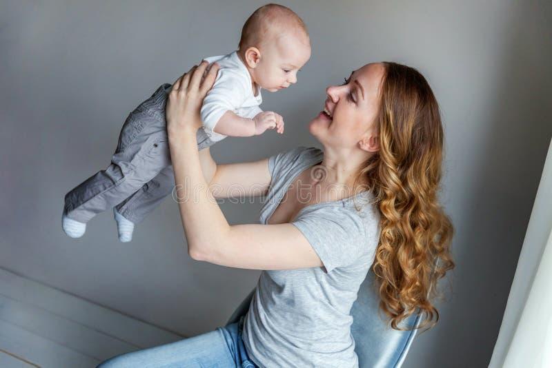 抱她的婴儿的年轻母亲 库存图片