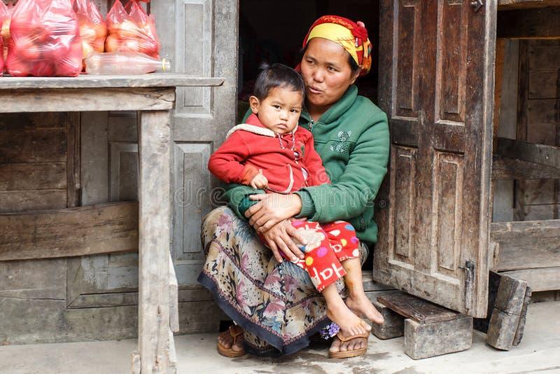 抱孩子在钦邦,缅甸的地方妇女 免版税库存图片