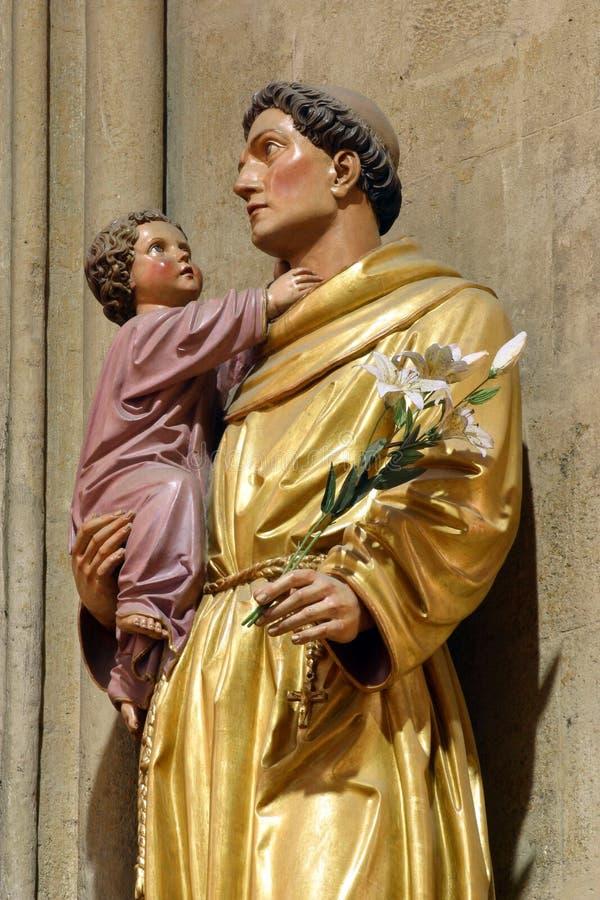抱着小耶稣,雕象的帕多瓦圣安东尼在萨格勒布大教堂里致力圣母升天节