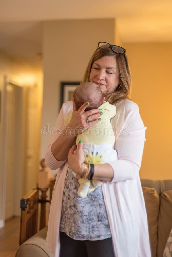 抱着新出生的婴孩的Granparent 免版税库存图片